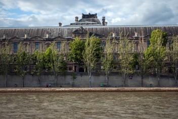pohled na Louvre z řeky